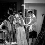 Scène de prépartion en coulisse du spectacle de fin d'année des cours de théâtre à Paris