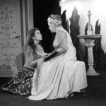 Scène de répétition entre deux comédiennes des cours de théâtre à Paris, niveau intermédiaire