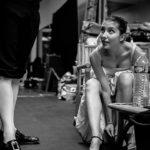 Préparation en coulisse pour le spectacle des cours de théâtre adultes à Paris