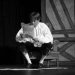Comédien lisant un journal ou blog