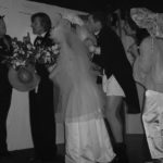Scène de mariage dans un cours de théâtre intermédiaire pour adultes à Paris