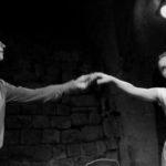 Scène à deux au cours de théâtre à Paris