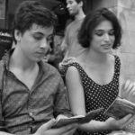 Deux comédiens du cours de théâtre intermédiaires à Paris apprenant leurs scènes