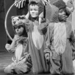 scène-de-theatre-petits-enfants-déguisés
