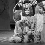 spectacle en costumes des enfants du cours de théâtre des tout-petits à Paris